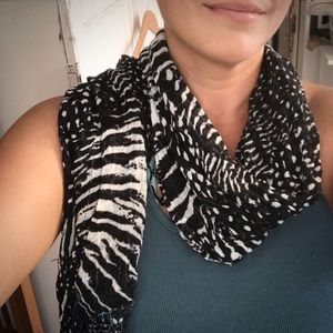 GUC. Black and white animal print scarf